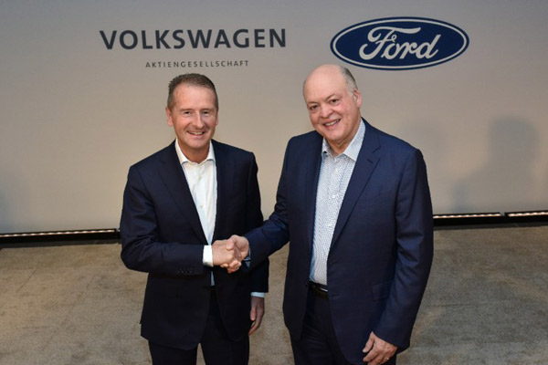 Ford president and CEO  Jim Hackett (left) and Volkswagen CEO Dr. Herbert Diess (right).