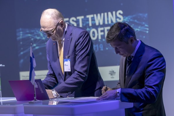 Tallinn and Helsinki mayors signing memorandum for twin city programme.